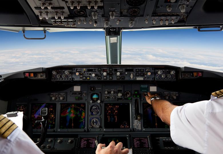 Пилотам не мешают радары на сто киловатт, спутники и Wi-Fi от Gogo, но если кто-то включит смартфон... (фото: securityledger.com).
