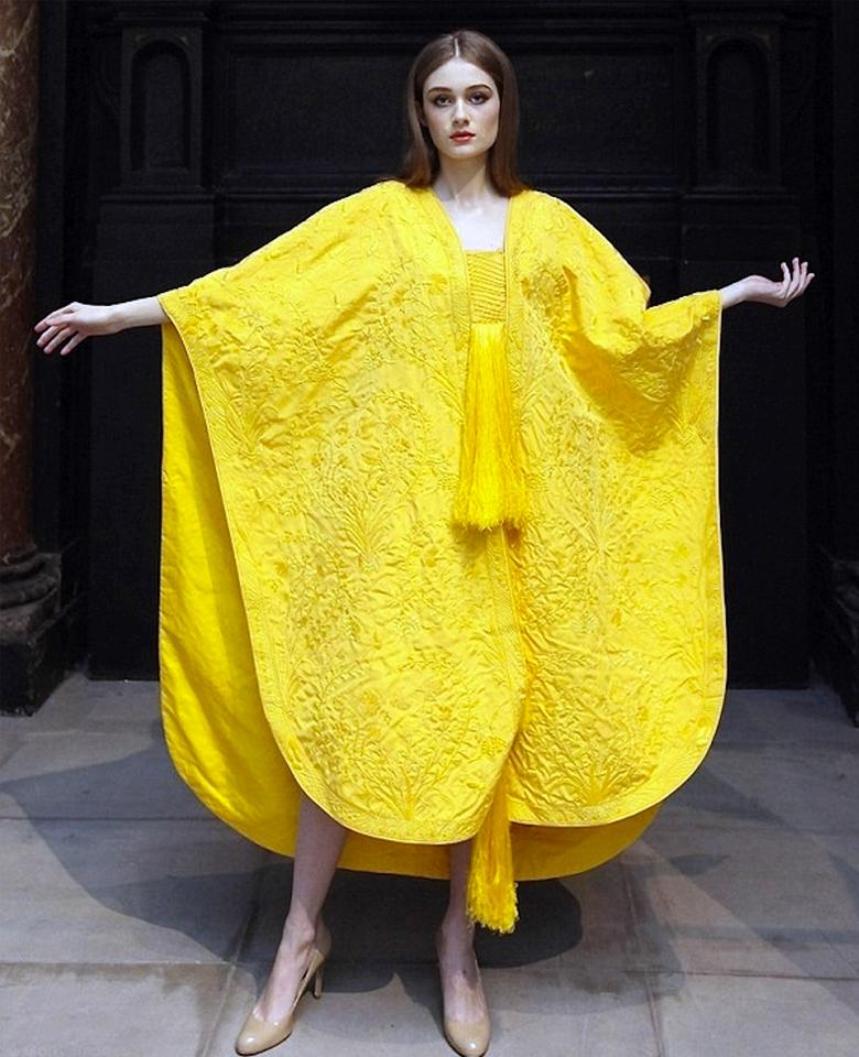 Платье из паутины мадагаскарских кругопрядов (фото: Getty images).