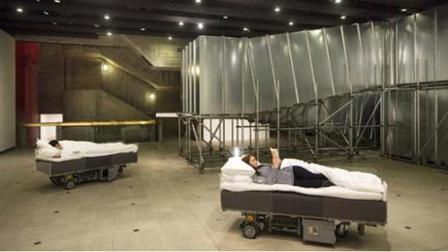 Роботизированные постели стали частью художественного перфоманс бельгийского инсталлятора Картьена Хуллера.