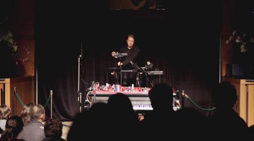 Людовик Морло, дирижер оркестра, научился исполнять музыку через Kinect.