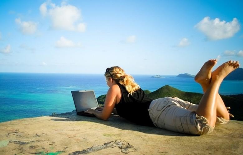 Зачем сидеть в офисе и мечтать о пляже, когда можно сочетать? (фото: urbantimes.co).