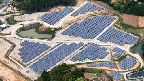 В Японии начато строительство фермы солнечных электростанций на месте заброшенных полей для гольфа, оставшихся после бума строительства загородных домов в XX веке.
