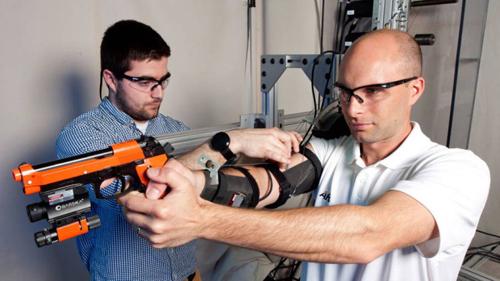 В Армии США ведется разработка экзоскелета MAXFAS для обучения новобранцев точной стрельбе.
