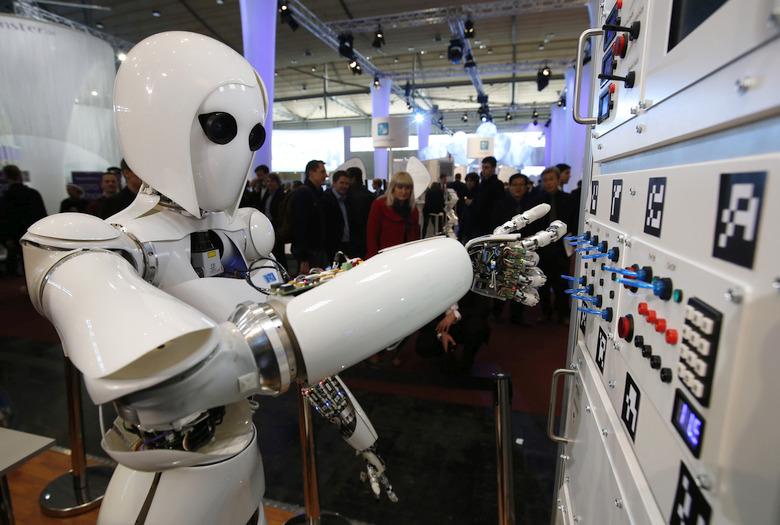 Робот AILA терпит присутствие любопытных белковых существ (фото: REUTERS/Fabrizio Bensch).