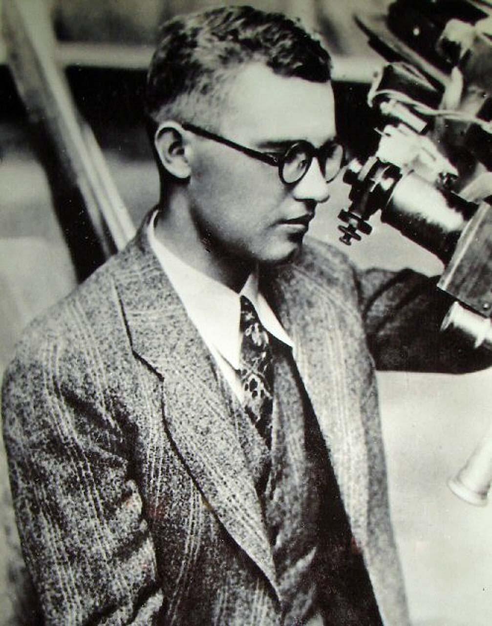 Плутон обнаружил в 1930 году американец Клайд Томбо — человек с весьма необычной биографией. Он вырос в семье бедного фермера, его формальное образование ограничилось школой, но он сам строил свои телескопы и делал зарисовки планет («Они вечно меняются!»), что помогло получить место лаборанта в легендарной обсерватории Лоуэлла. Томбо мечтал побывать на другой планете — и теперь его мечта в каком-то смысле осуществится: частица его праха находится на борту New Horizons.