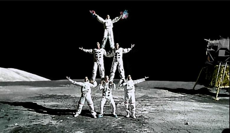 Кадр из клипа Amerika группы Rammstein.