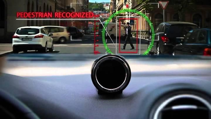 Не бойтесь, это не прицел – система MobileEye предупреждает водителя о любителе телефонных разговоров на дороге…