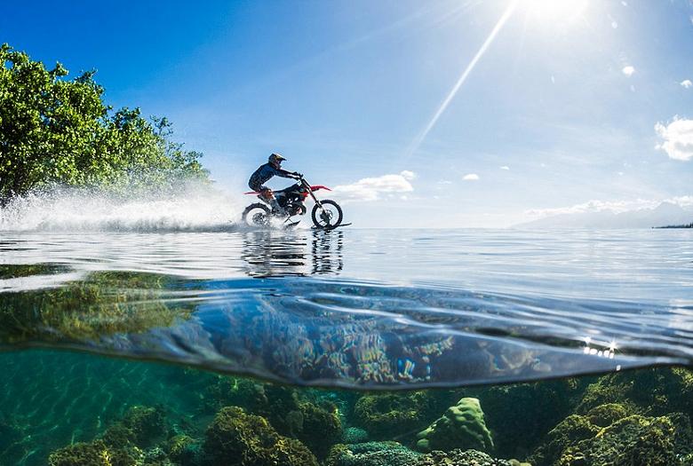 Робби Мэддисон на мотоцикле-амфибии.