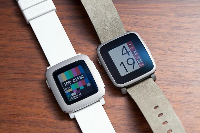 Сравнение Pebble Time в пластиковом и стальном корпусе (фото: theverge.com).