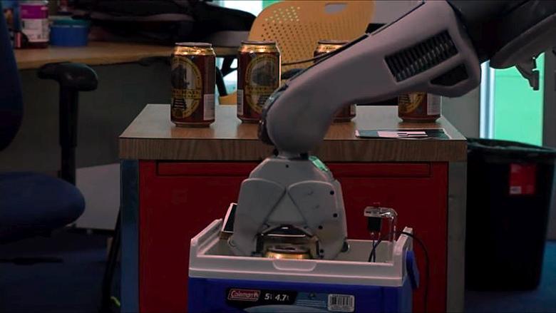 Загрузка заказа в корзину робота-официанта (фото: MIT).