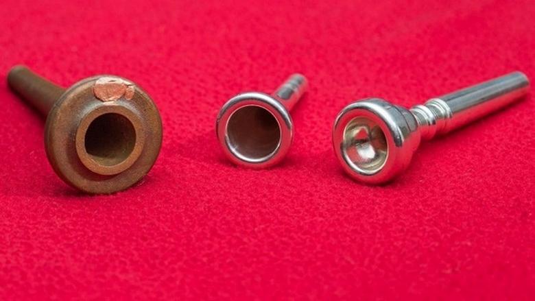 """Сравнение напечатанной реплики """"наконечника копья"""" (слева) с мундштуками современной трубы и валторны (фото: Stuart Hay, ANU)."""