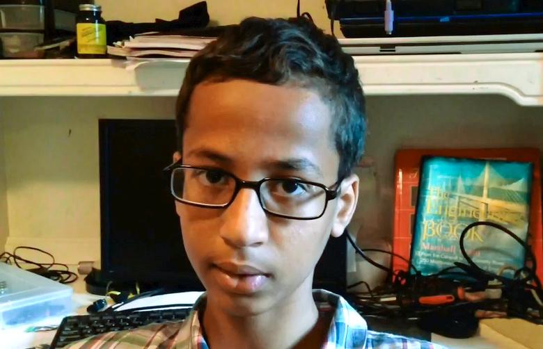 Ахмед Мохамед - обвиняется в изготовлении часов пугающего вида (фото: dallasnews.com).