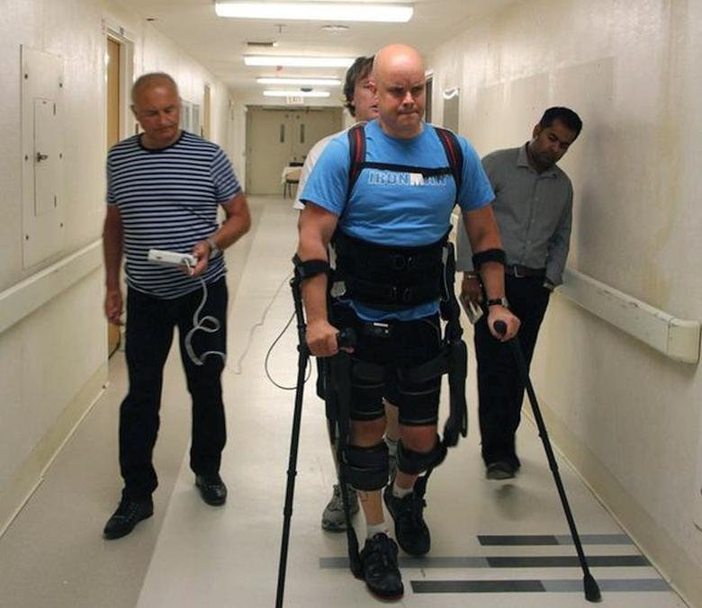 Полностью парализованный пациент Марк Поллок ходит с помощью бионического экзоскелета (фото: ucla.edu).
