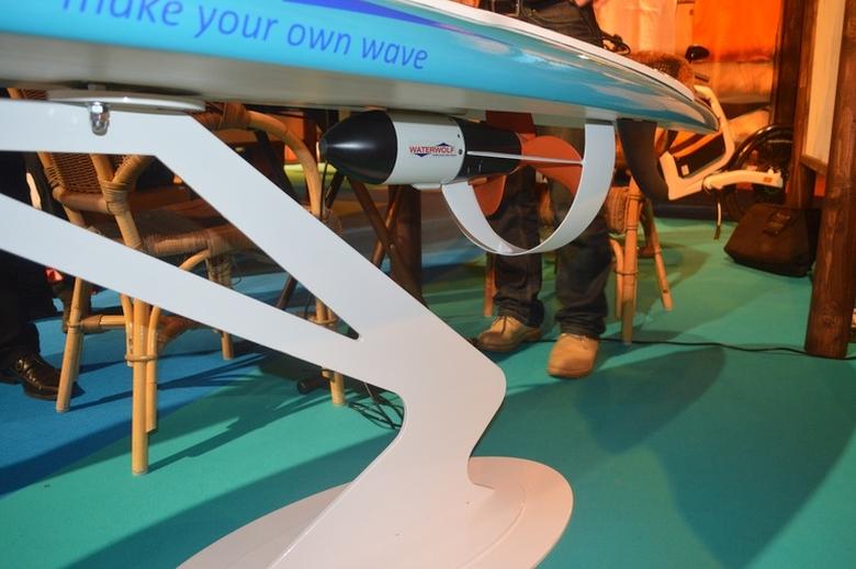 Моторизованная доска для сёрфинга Waterwolf MXP-3 (фото:  C.C. Weiss / Gizmag).