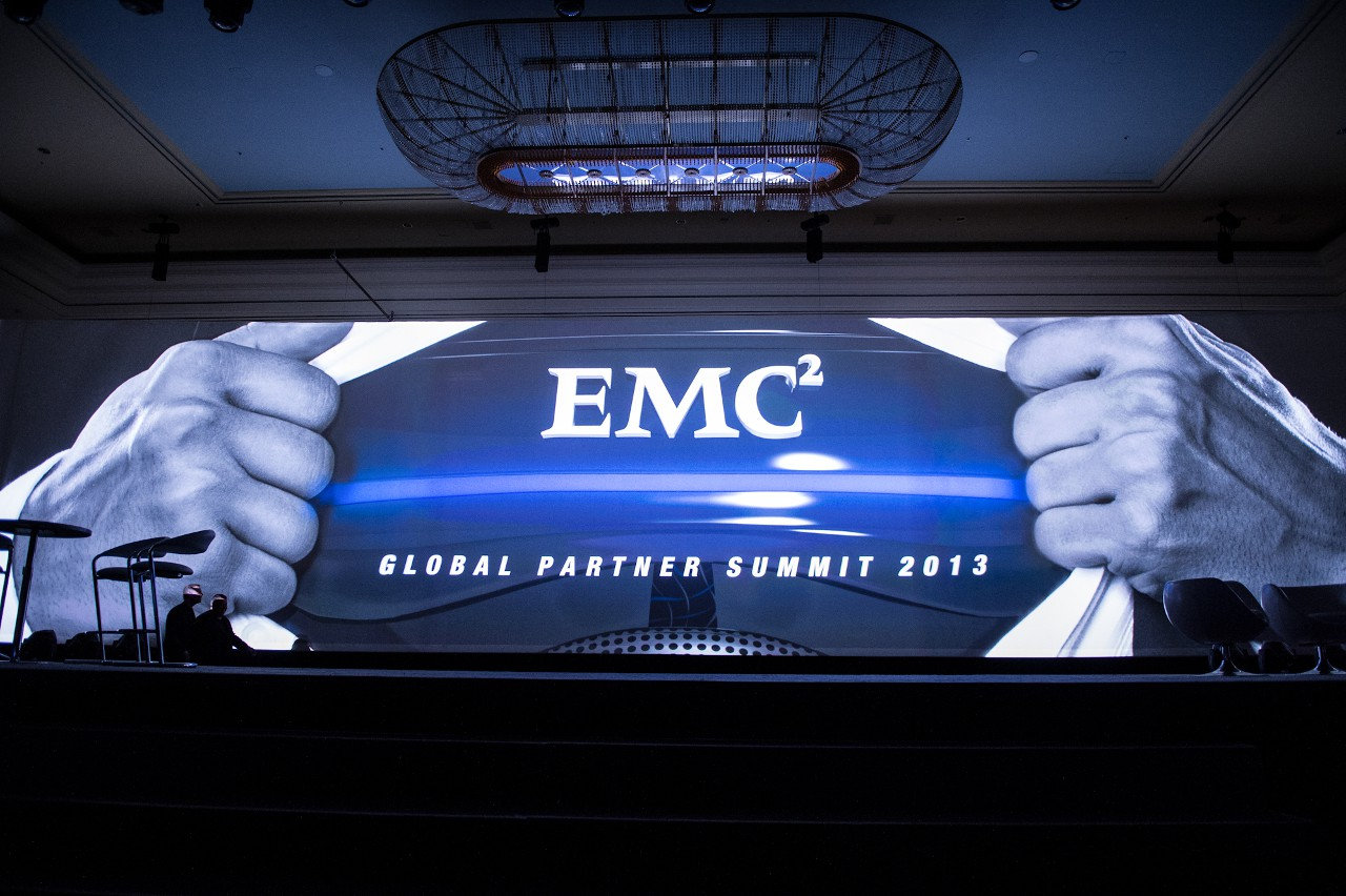 EMC, пытающаяся нащупать новые тренды, в последние годы особенно активно скупает небольшие перспективные компании. Два бриллианта в этой алмазной россыпи: RSA Security (та самая, которую недавно уличили в сотрудничестве с АНБ) и VMware.