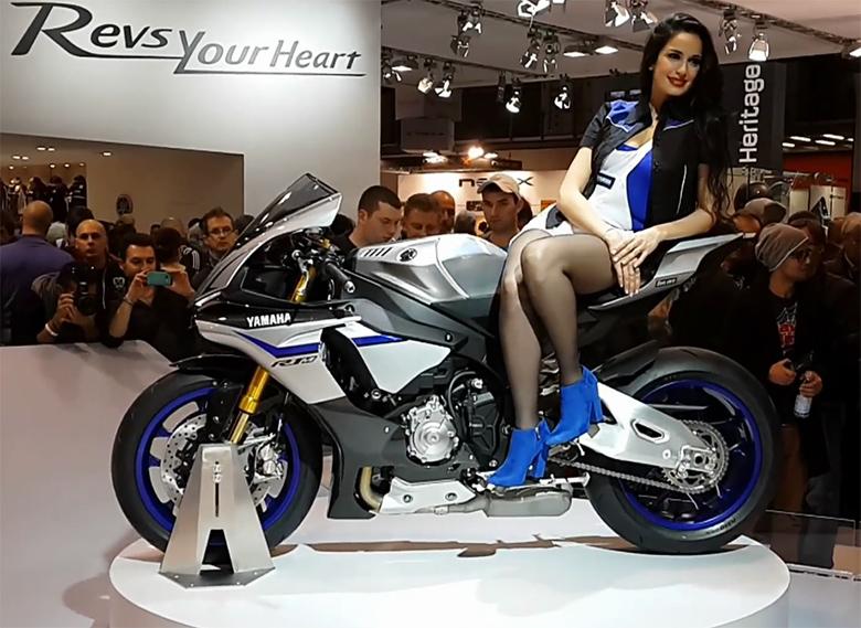 Фотомодель на Yamaha R1 уступает место мотоботу.