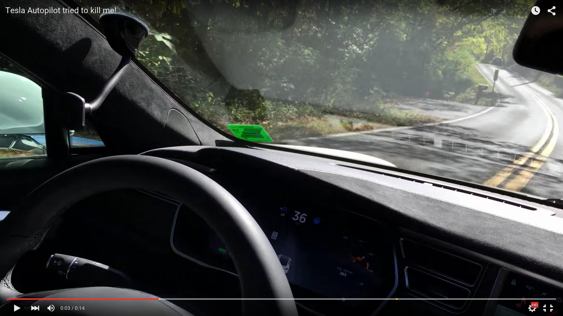 И опять автопилот (кадр из ролика номер три). Уже двойная сплошная, а через сотню метров будет ещё и встречный трафик.