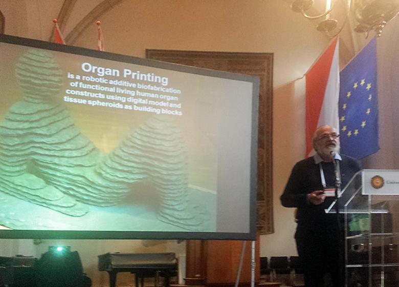 Владимир Миронов выступает с докладом на конференции Biofabrication 2015 (фото: www.bioprinting.ru).