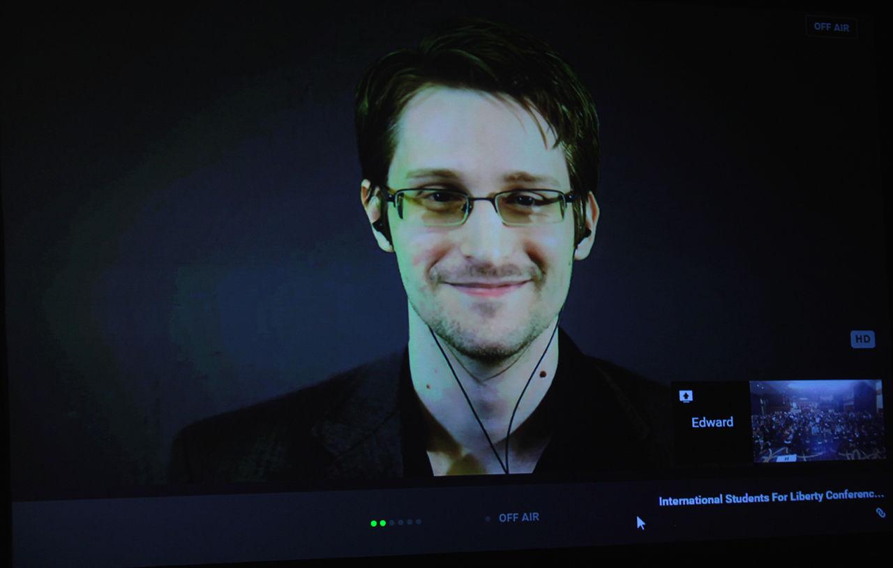Эдвард Сноуден формально живёт в России, но фактически его с Россией почти ничто не связывает. Его твиттер на английском языке, работает он директором в американской некоммерческой организации (борются за свободу прессы), и темы у него сплошь про Соединённые Штаты.