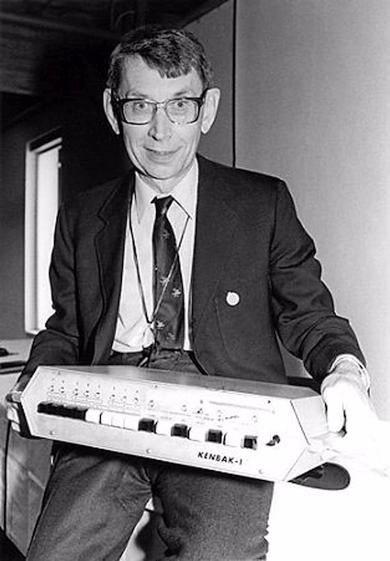 Джон Бланкенбейкер с компьютером Kenbak-1 (фото: Auction Team Breker).