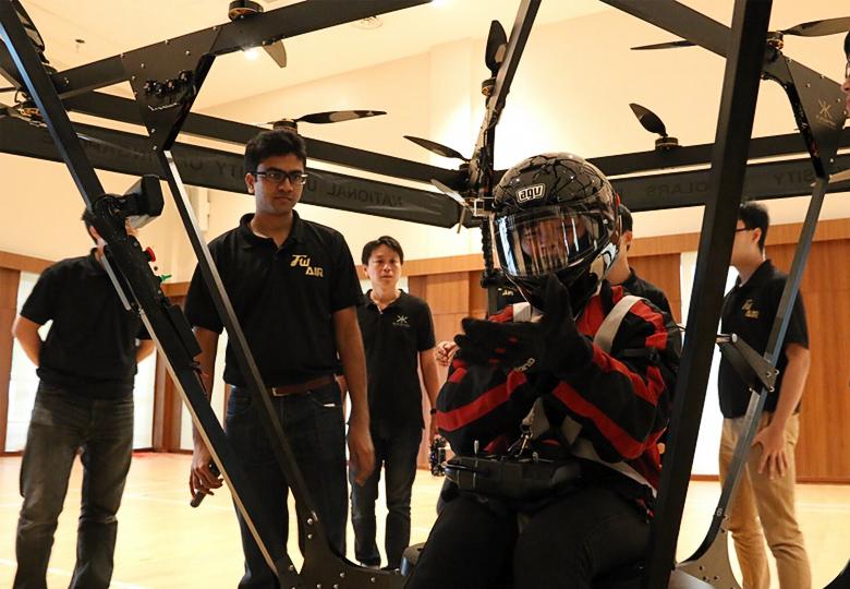 Один из студентов NUS пилотирует ПЛА собственной разработки (фото: channelnewsasia.com).