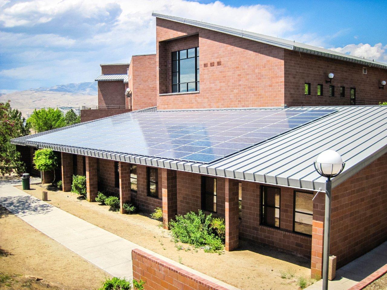50 киловатт с крыши колледжа. Грех не пользоваться Солнцем, если солнечные два дня из каждых трёх.