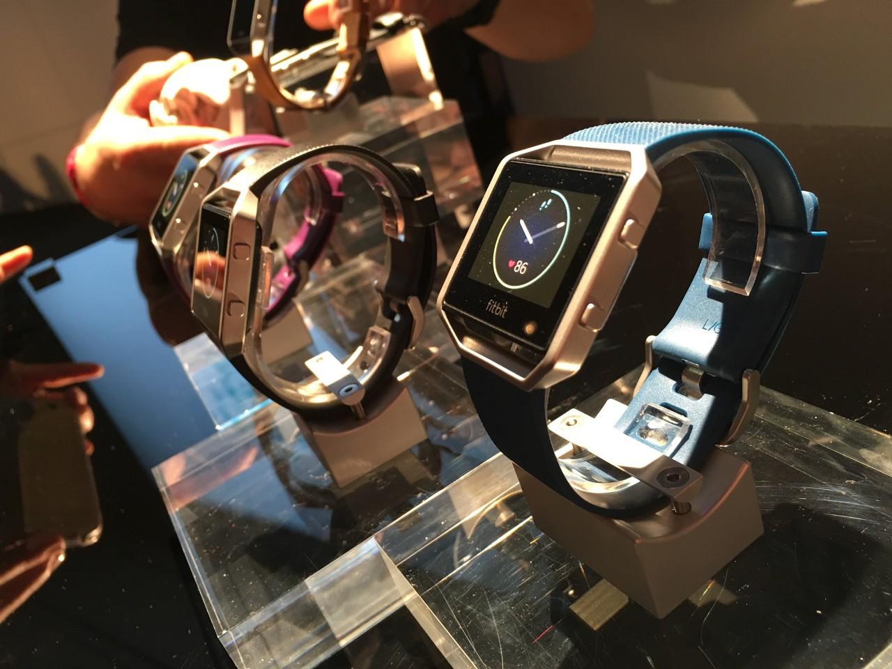 Новинка 2016-го Fitbit Blaze больше браслет, нежели смартвоч. Зато пять суток без подзарядки и цена ниже $200.