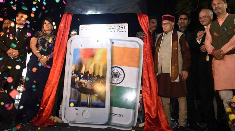 Презентация смартфона Freedom 251 с участием  политиков Индии (фото: PTI).