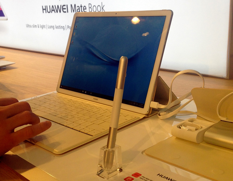 "Huawei MateBook на MWC 2016 (фото: ""Компьютерра"")."