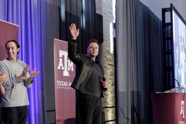 Илон Маск на конкурсе Hyperloop Pod (фото: theverge.com).