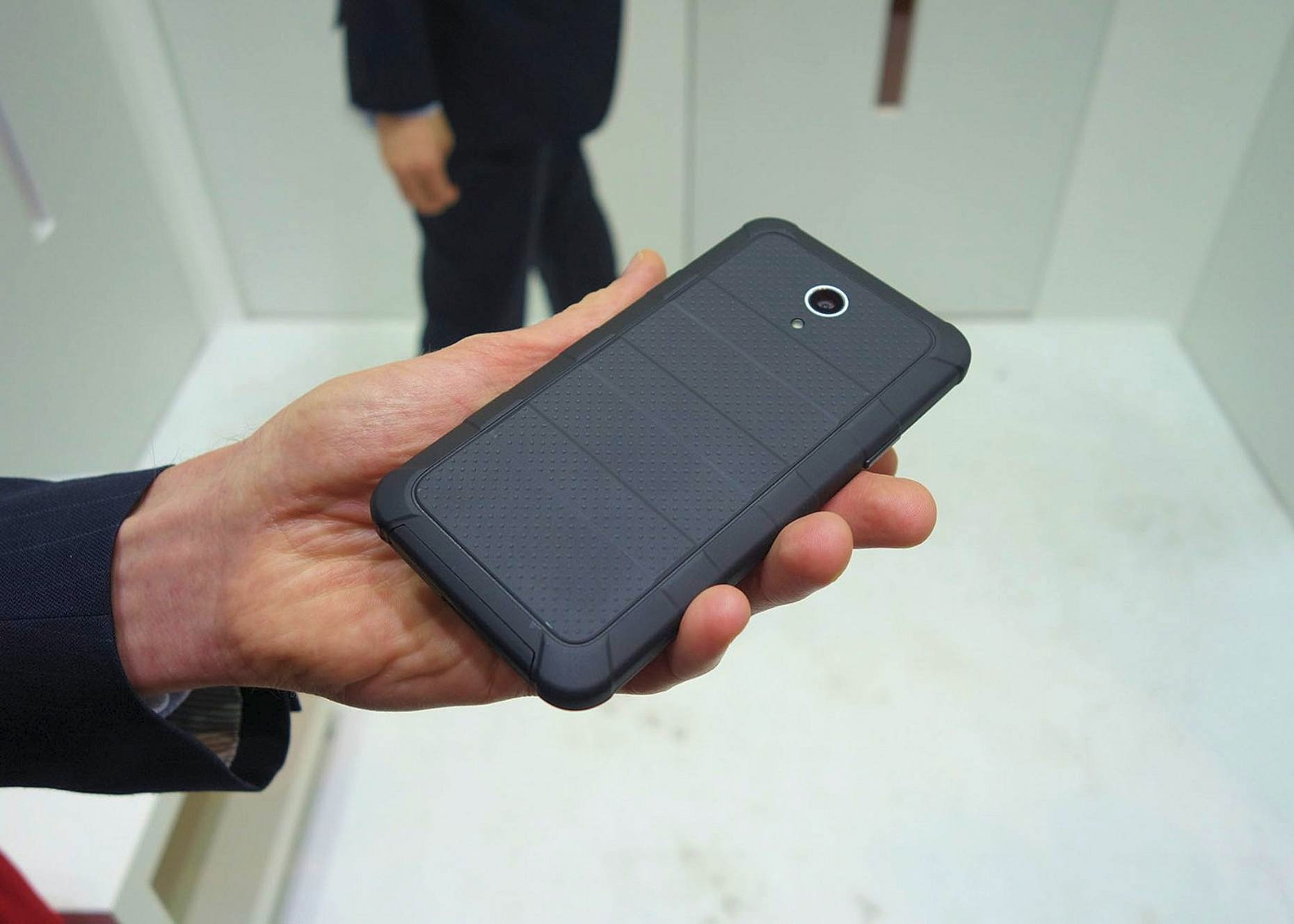 Пылевлагозащищённый ударопрочный корпус смартфона Kyocera (фото: David Nield/Gizmag).
