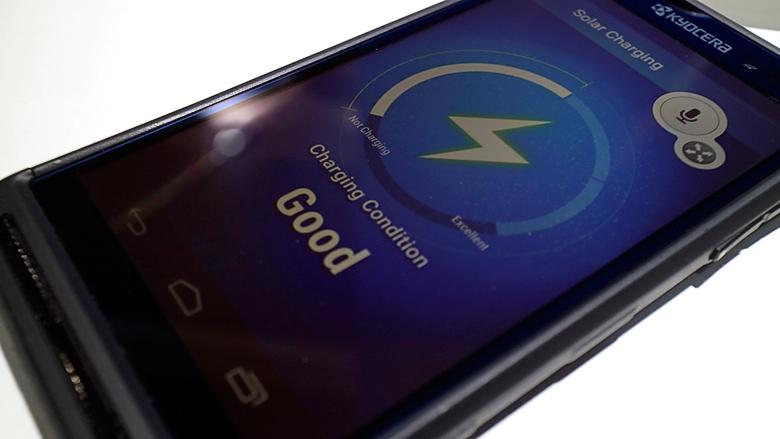 Смартфон Kyocera заряжается на ярком свете (фото: engadget.com).