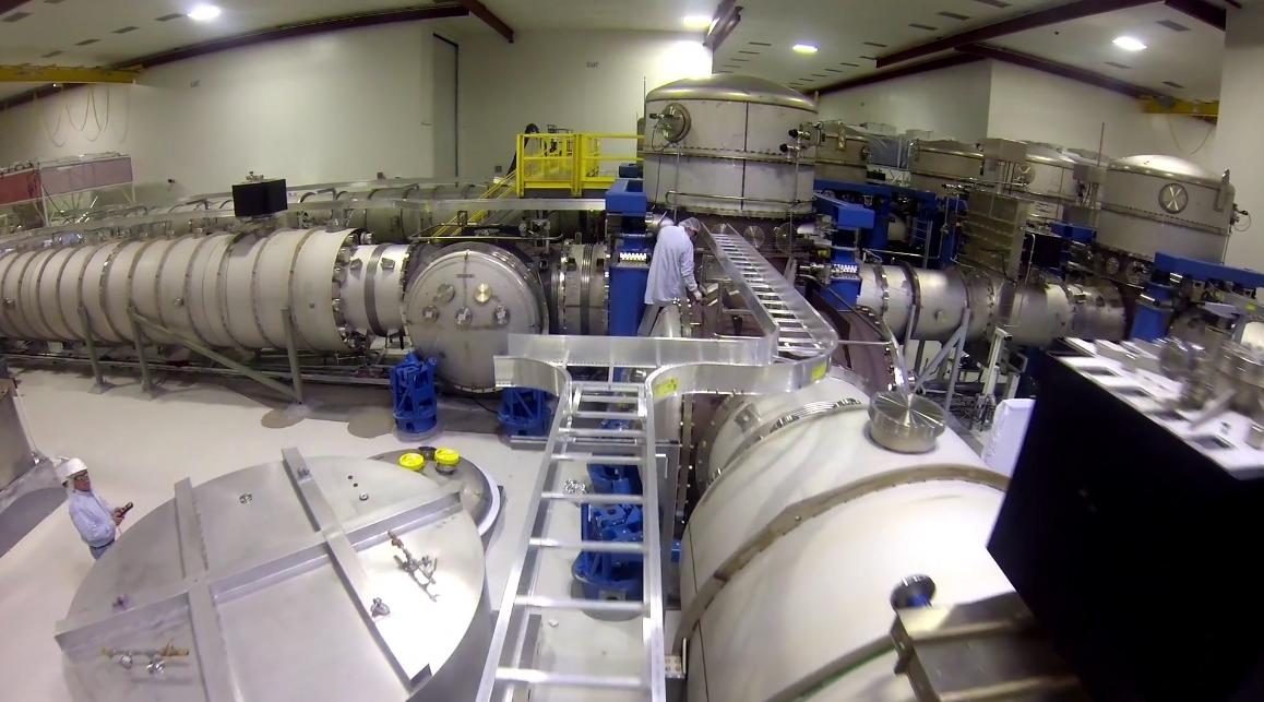 Внутри LIGO на этапе конструкции (фото: MIT).