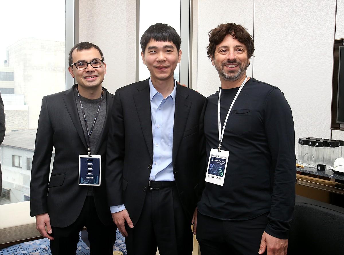 Ли Седоль в центре. Слева — Демис Хассабис: сильный шахматист, соавтор ИИ-ядер в нескольких легендарных играх (Black & White, Theme Park), доктор наук и один из основателей британской компании DeepMind, которая и написала AlphaGo (и поглощена Google).