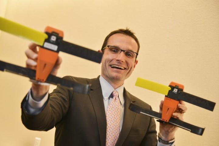 Уильям Дропер. Директор Управления стратегических возможностей, демонстрирует новый дрон-малютку. Демонстрирует улыбаясь, ибо дрон мелкий, а бюджет большой...
