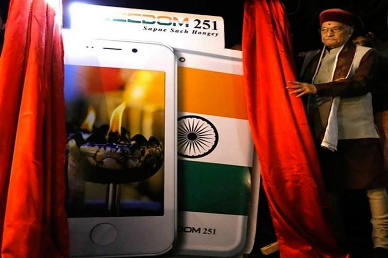 Мурли Манохар Джоши старается не касаться рекламы Freedom 251 (фото: indiatimes.in).
