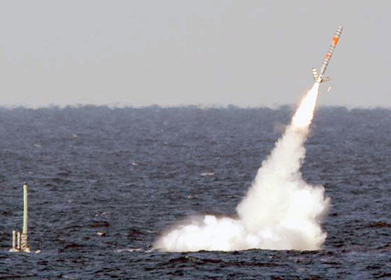 Пуск ракеты с HMS Artful (фото: Indian Defense News).