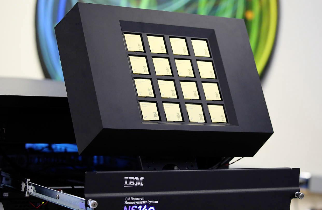Платформа IBM с 16 нейроморфными чипами TrueNorth (фото: IBM).