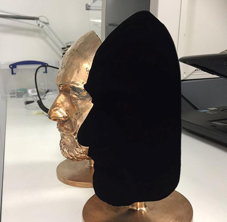 После обработки S-VIS объёмный предмет выглядит плоской дырой (фото: Surrey NanoSystems).