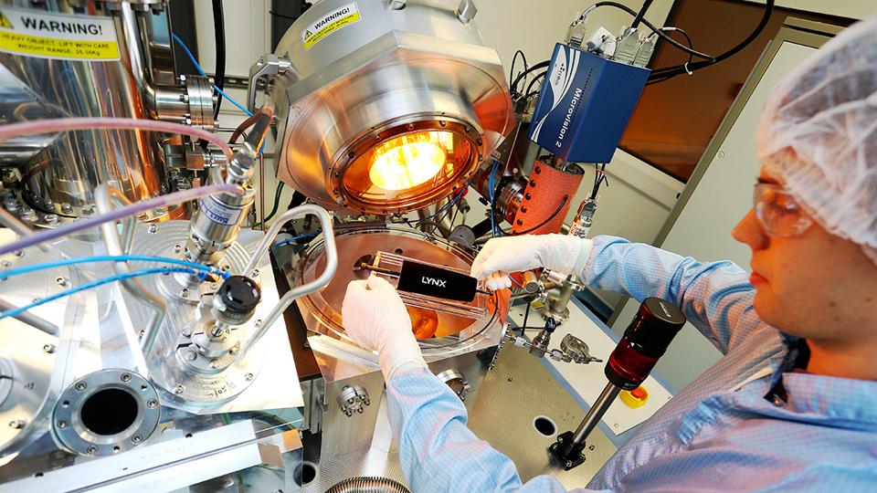 Испытания краски VantaBlack S-VIS (фото: surreynanosystems.com).