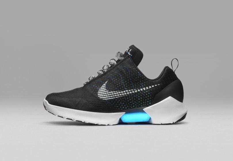 Nike представила кроссовки с автоматической шнуровкой