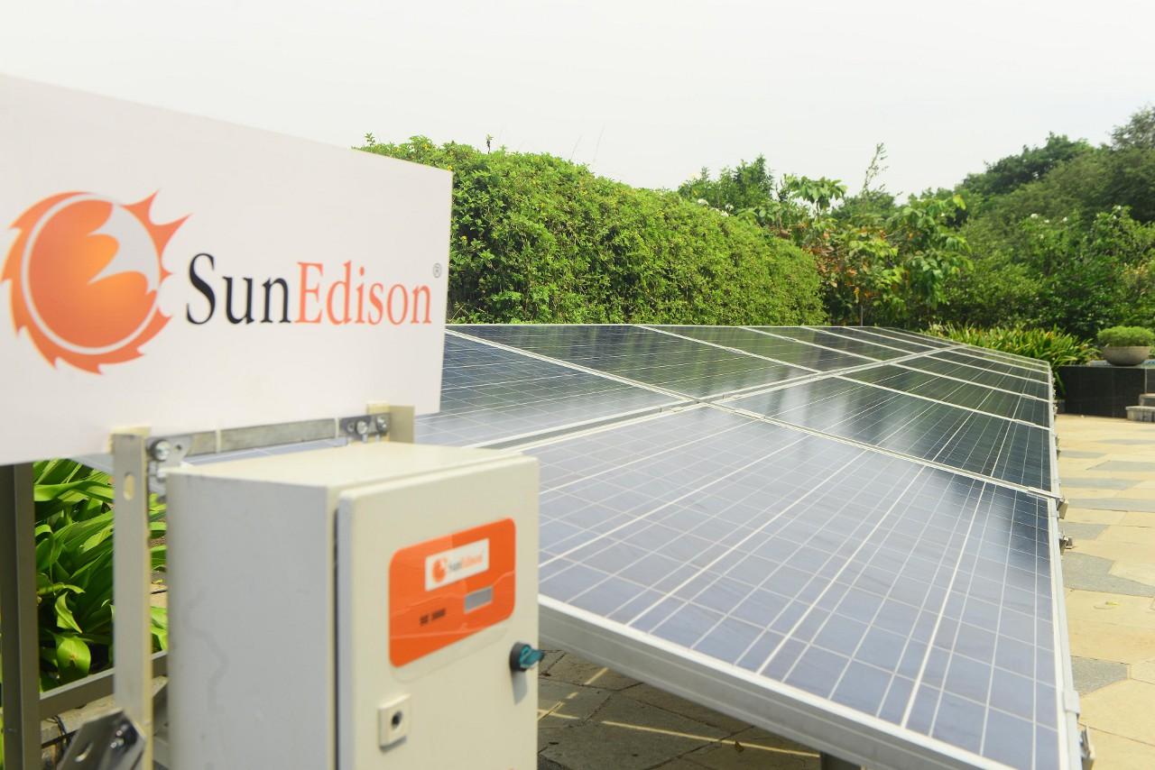Словно бы «чистой» энергии и без того не хватало забот, в США сейчас готовится к банкротству компания SunEdison — один из крупнейших не только в США, но и в мире, разработчик, производитель и оператор ветряных и солнечных электростанций. Проблема, из-за которой она накопила $11 млрд. долга, общая для всех игроков бытовой чистой генерации (в том числе и Solar City Элона Маска): бытовые электростанции продаются в рассрочку на десятки лет — и до тех пор, пока затраты на их производство и установку не вернутся, кто-то должен работу компаний финансировать.
