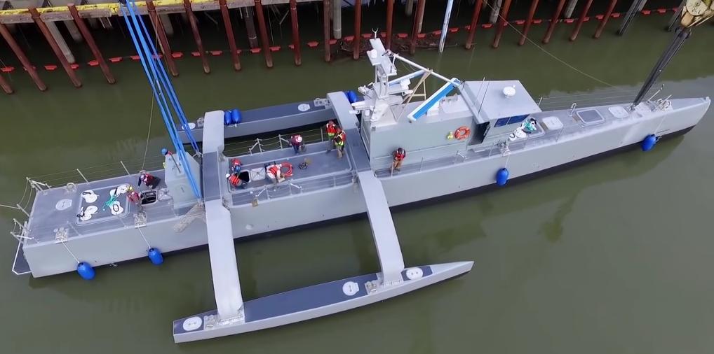 Специалисты Leidos проверяют состояние морского дрона ACTUV (фото: DARPA).