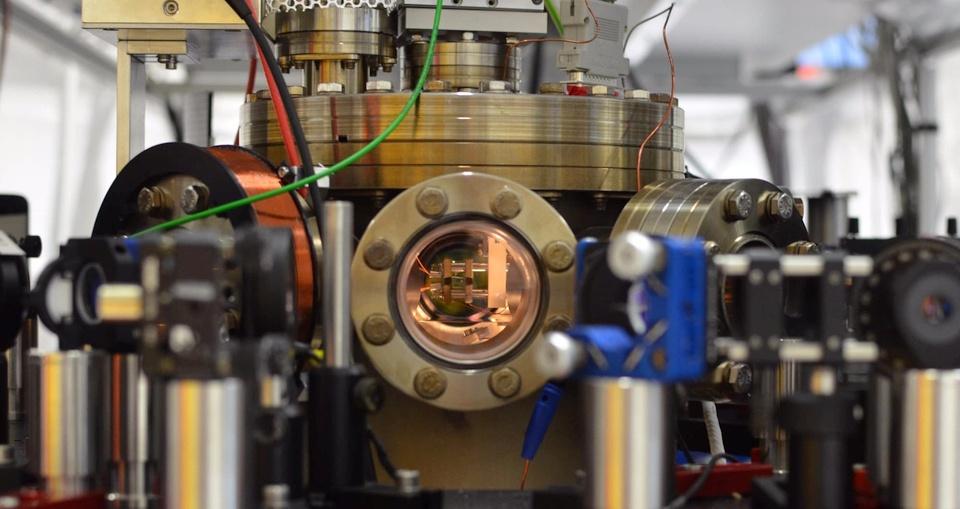 Часть лабораторной установки для создания одноатомного двигателя. Вакуумная камера с ионной ловушкой расположена по центру (фото: AG QUANTUM).