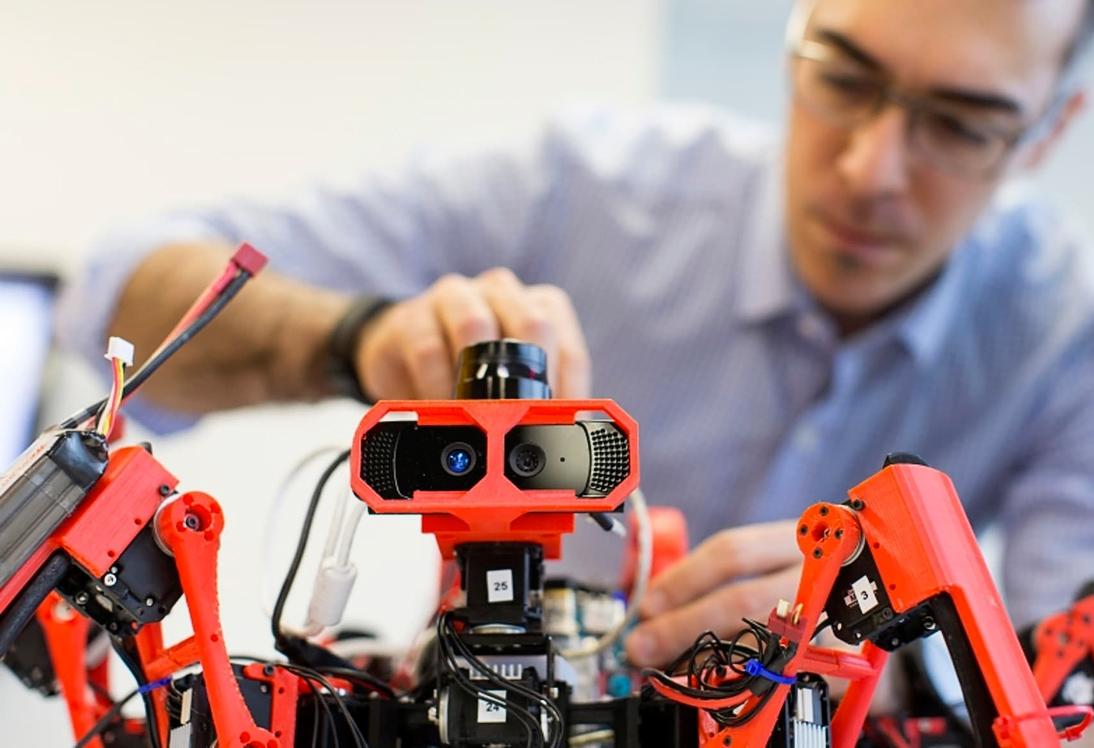 Робот SiSpis уже рассчитывает план по захвату мира (фото: Arthur F. Pease).
