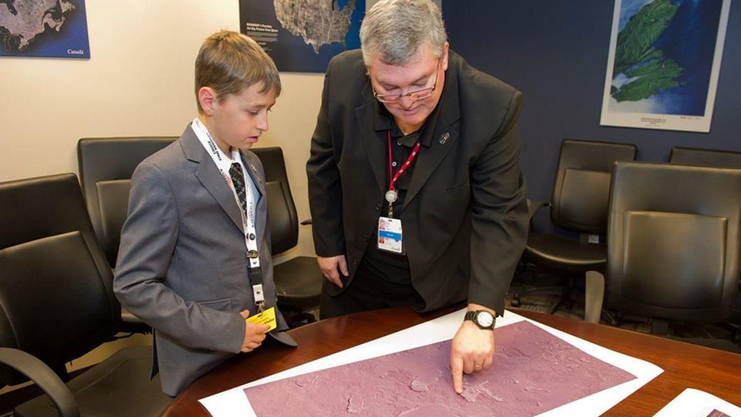 Петя Васечкин обсуждает с директором «Роскосмоса» свежие спутниковые снимки. О, простите, это Уильям Гадори и Канада. Нашим некогда заниматься ерундой, выводят космонавтику из кризиса.