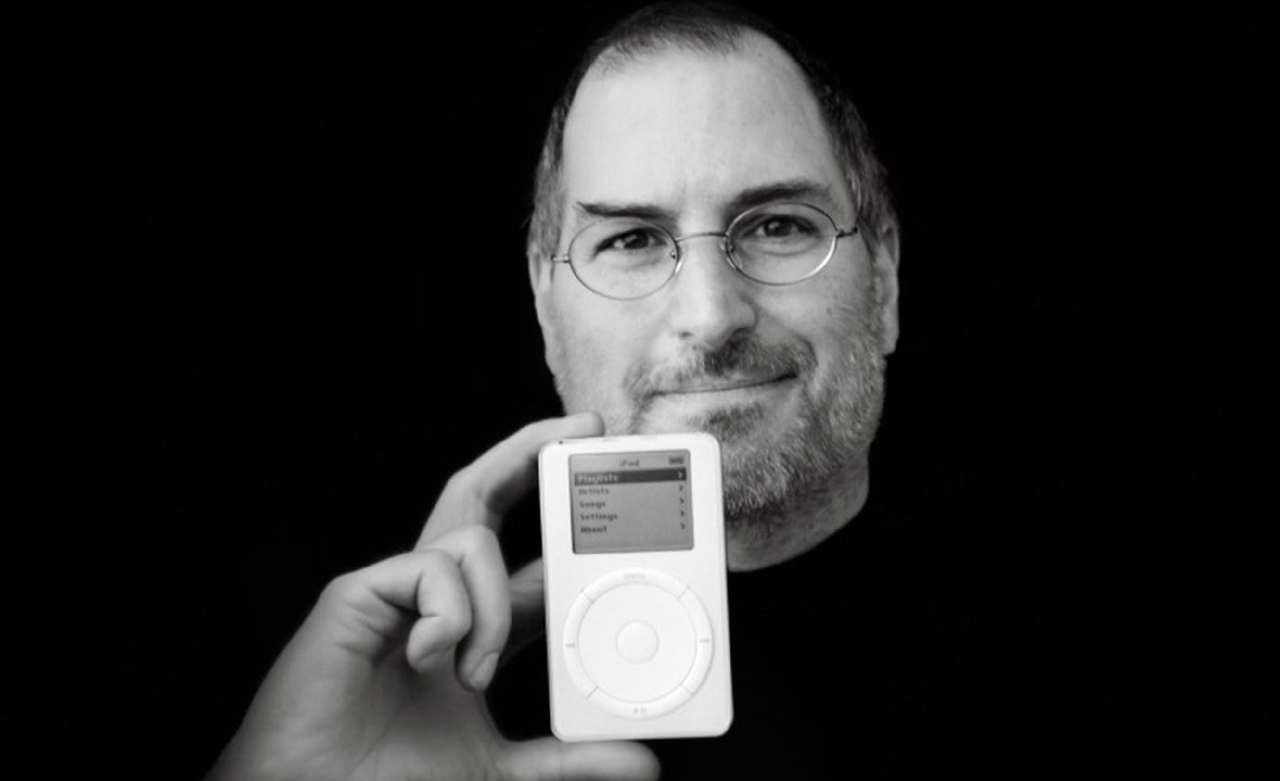 Стив Джобс не изобрёл ни мпеги, ни цифровой плеер. Но он сумел уговорить директоров крупнейших звукоиздательских компаний издать значительную часть принадлежащей им музыки в цифровых файлах. И тем самым открыл легальный рынок скачиваемой музыки.