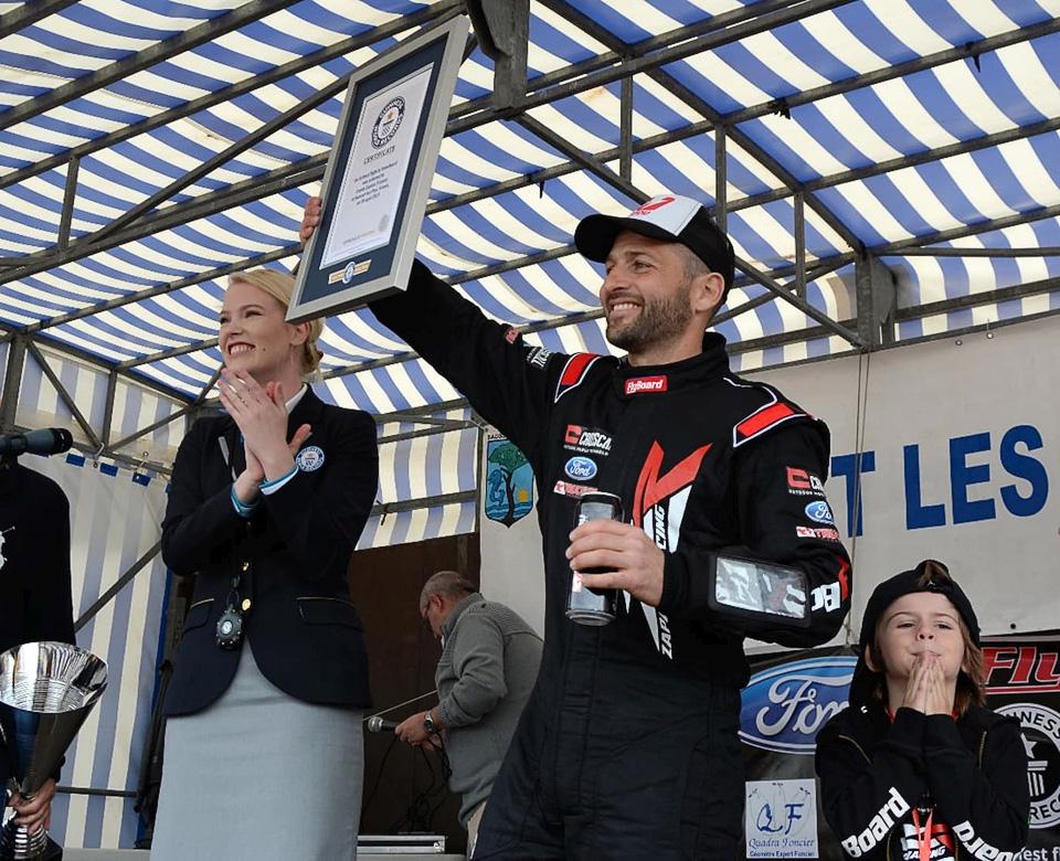 Фрэнки Запата официально установил мировой рекорд длительности полёта на ховерборде.