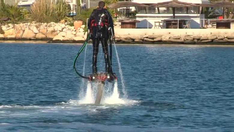 Первая версия Flyboard с водомётами.