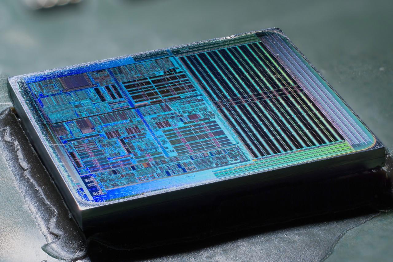 Архитектура AMD64, которая сегодня стала де-факто синоним 64 бит на компьютерах, родилась как «быстрый и дешёвый»  ответ Intel: AMD просто экстраполировала 32-битную систему команд x86 на 64 разряда. Выпущенный в 2003-м Athlon 64 — первый 64-разрядный микропроцессор, ориентированный на простого пользователя — стал хитом.